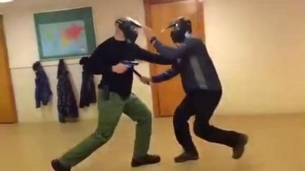 PN-se-defendre-avec-un-pistolet-face-a-un-couteau