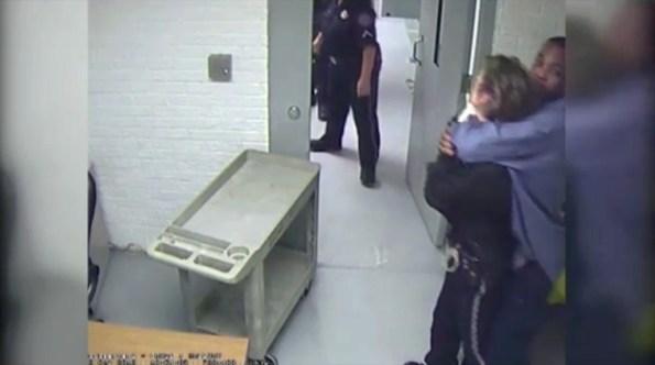 US-garde-a-vue-il-prend-en-otage-une-policiere