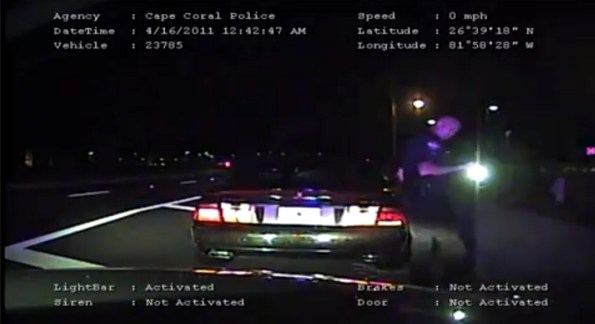 US-le-passager-d-une-cadillac-arme-tire-sur-un-policier