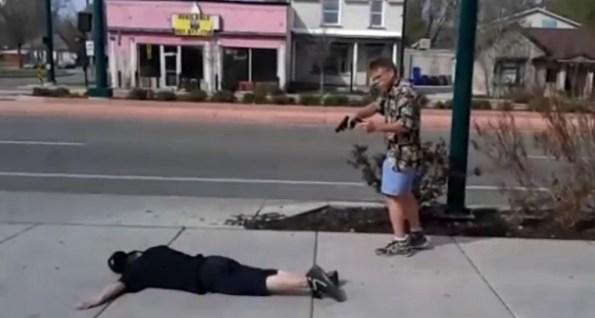 US-un-homme-arme-d-un-pistolet-interpelle-un-voleur-arme-d-un-couteau
