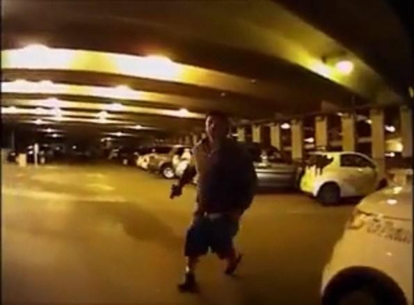US-un-homme-menace-ce-policier-avec-un-pistolet