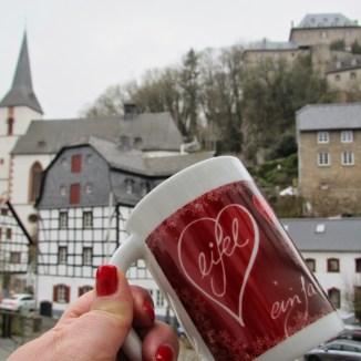Mein Lieblingsmitbringsel von Reisen und Ausflügen: Tassen! Diese gibt es im Eifelmuseum bzw in dort befindlichem Tourismusbüro.