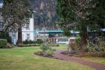 Eine kleine Parkanlage gehört zum Hotel.