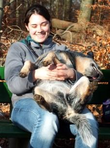 Foto Frau mit Hund auf dem Schoß
