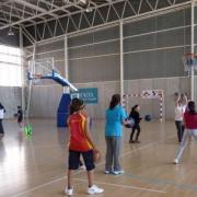 Vacances de Pasqua cent per cent esportives amb campus de bàsquet, handbol, futbol i hoquei per als escolars