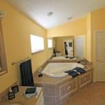 Hauptbad mit Whirlpool, separate Dusche, WC und Ankleidezimmer