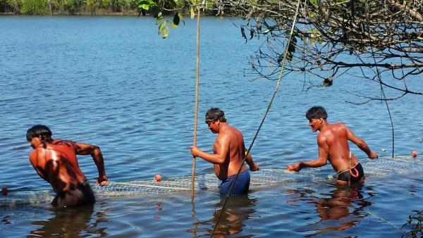 Kamayura men pushing the new fishing net