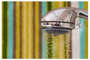 Comment d tarter votre pomme de douche naturellement - Comment nettoyer une pomme de douche ...