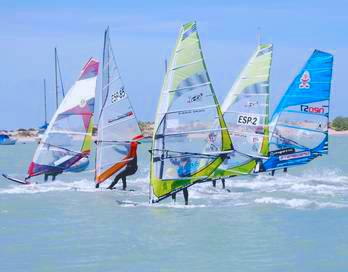 People practicing sailing on the beach of Sancti Petri, Cadiz. / Photo: turismochiclana.es