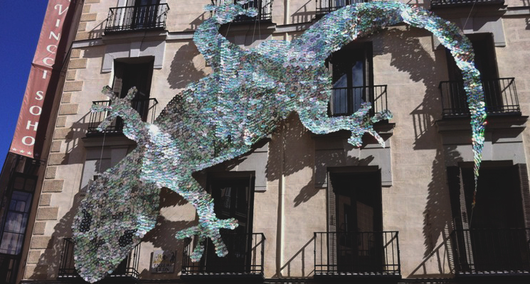 Façade of the Vincci Soho 4* Madrid with the gecko, a piece for DecorAcción 2012.