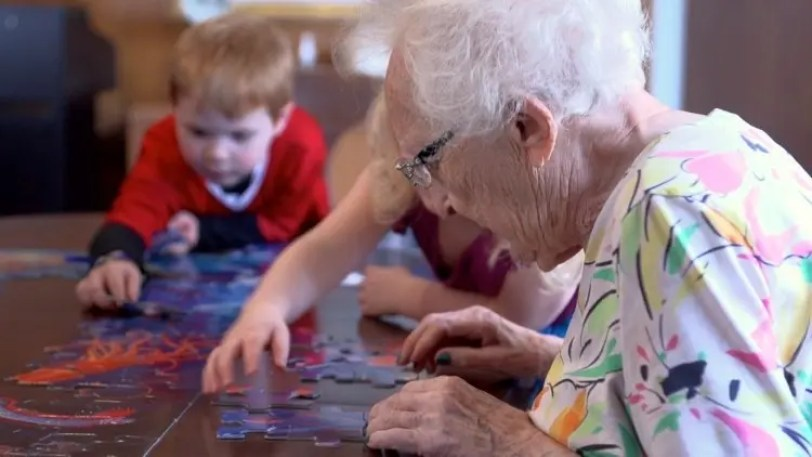 abuelo-nieto-jugando