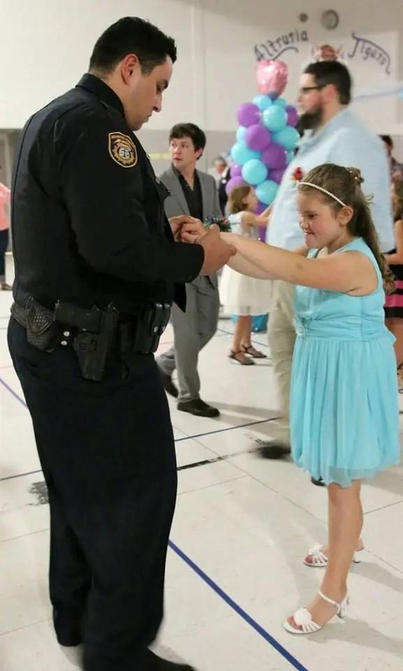 policias-en-baile-escolar-6