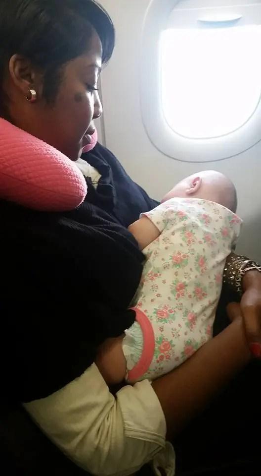 bebe-buena-acción-en-avión-1