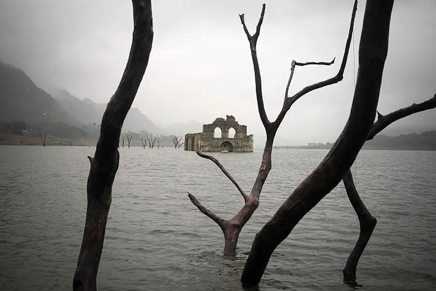 iglesia emerge de rio 6