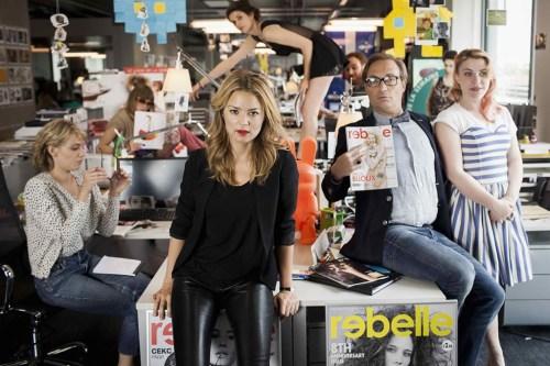 """20 ans d'écart - Photo de la rédaction du magazine fictif """"Rebelle""""."""