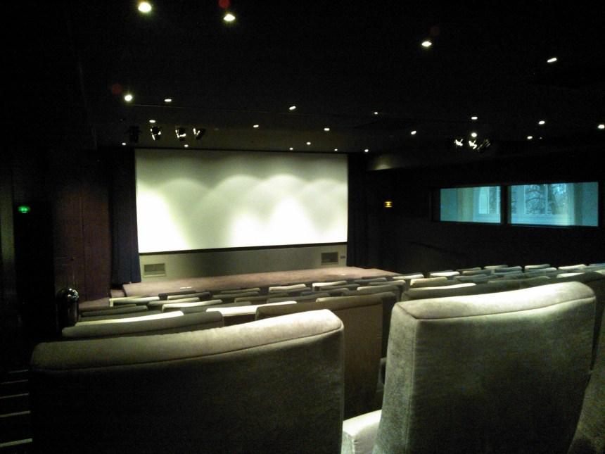 L'écran, depuis le fond de la salle.