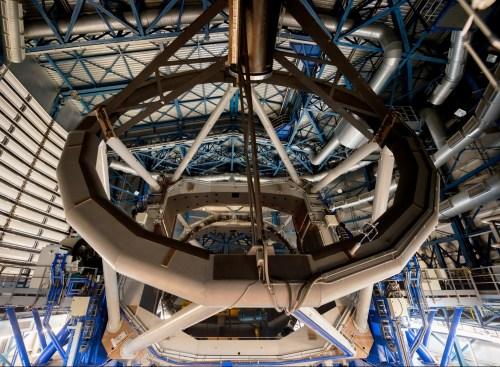 L'un des miroirs du VLT, mesurant plus de 8 mètres de diagonale.