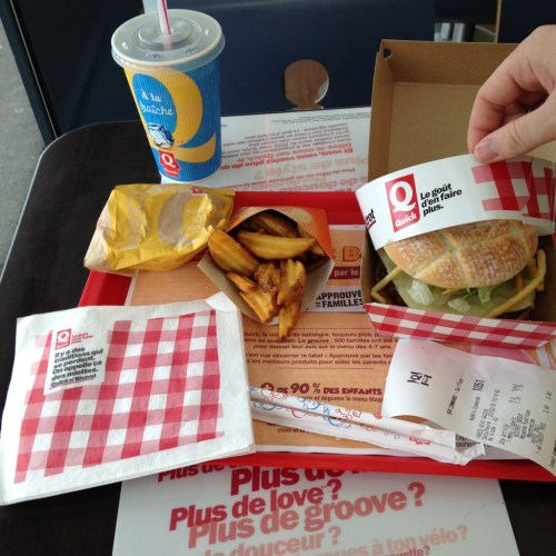 Plateau patates / Coca / steak-frites chez Quick