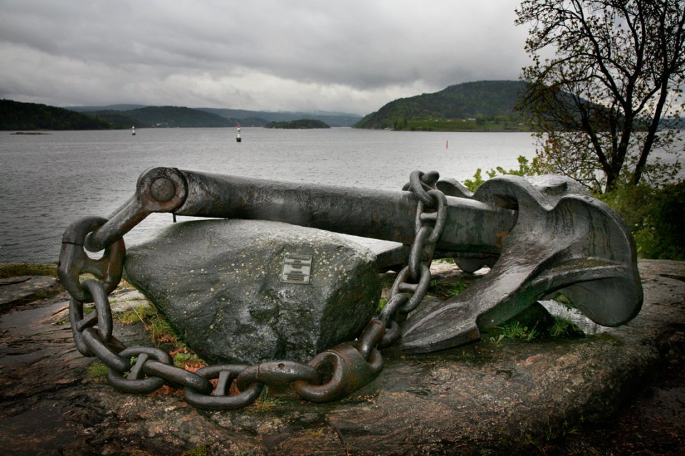 The Blücher anchor, a disastrous memory. Oscarsborg Fortress can be seen in the background.
