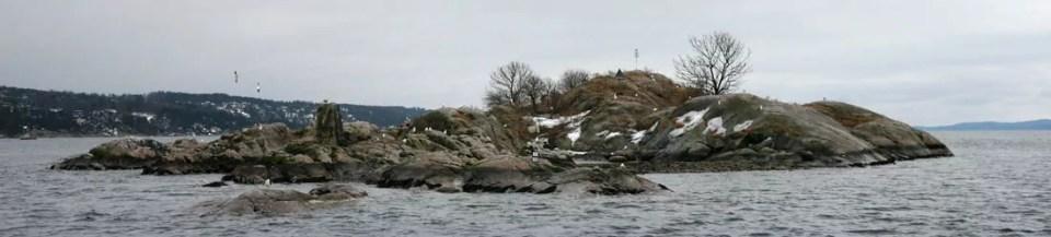 Storskjær midt i Drøbaksundet fotografert tidlig om våren. Skjæret er ett av flere hekkesteder for tjeld, gås, måke, ender, ærfugl og flere andre sjøfugler. I hekketida skal vi ikke gå i land!