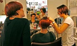 Medarbeiderne trener på ny frisyre.