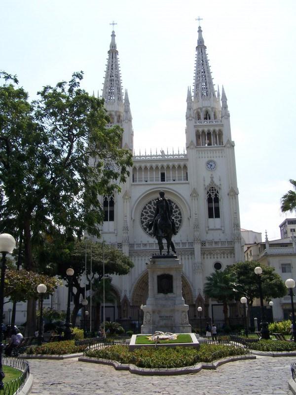 Church and statue of Simón Bolívar – Parque Seminario, Guayaquil