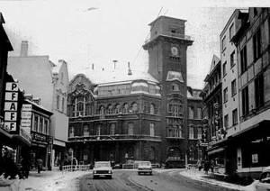 Das Rathaus mit Notdach 1970. (Bild: Stadt Völklingen)