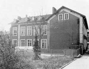 Alte Bergschule  Das Alte Schulhaus wird im Jahre 1890 errichtet und von 1893 bis 1898 durch zwei Flügeltrakte erweitert. In unveränderter Form wird es bis zu seinem Abriss im April 1987 genutzt. (Bild : Heimatkundlicher Verein Warndt)