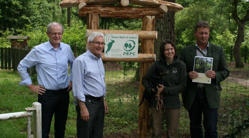 Oberbürgermeister Klaus Lorig gemeinsam mit Bürgermeister Wolfgang Bintz stellen den Hinweis vor (Foto: Stadt VKL)