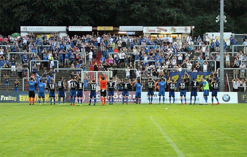 Die Spieler bedanken sich bei den Fans für's Anfeuern (Foto: Hell)