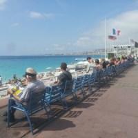 Nizza: le sedie blu diventano opera d'arte