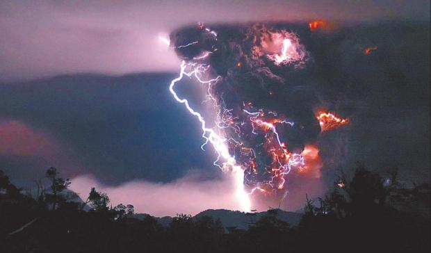 Volcan en erupción