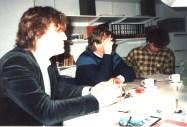 Productievergadering met Hub Berkers, Willem Ruis voor de Sterrenshow (VARA 1984-1986), decor: Hub Berkers. Collectie Hub Berkers / NIBG