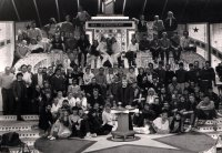 Cast en crew-foto Sterrenshow (VARA 1984-1986), decor: Hub Berkers. Collectie Hub Berkers / NIBG
