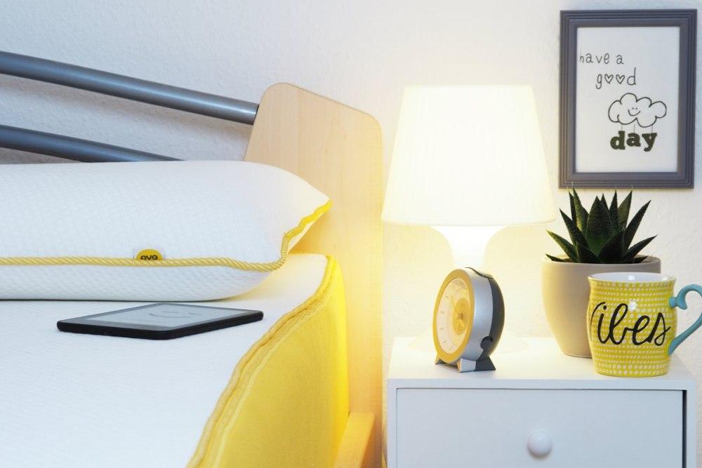 eve-matratze-schlafzimmer-nachttisch