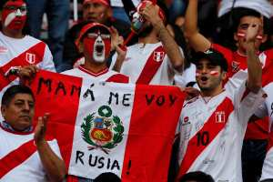 """Soccer Football - 2018 World Cup Qualifiers - Peru v Colombia - Nacional Stadium, Lima, Peru - October 10, 2017. Peruvian fans before match. The text on the flag reads: """"Mom, I'm going to Russia"""". REUTERS/Mariana Bazo"""