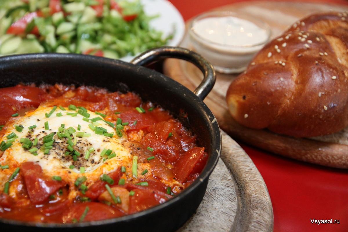 Завтрак в кафе в Тель-Авиве: шакшука, израильский салат, хала и козий сыр