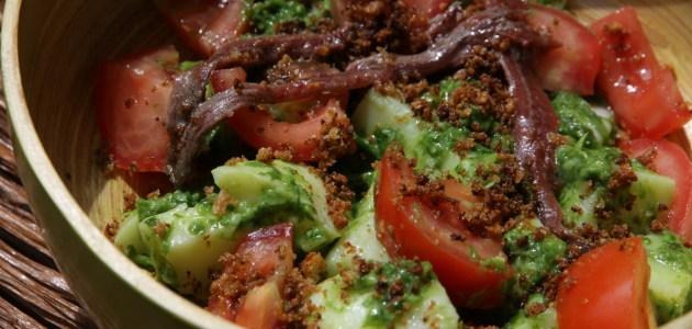 Салат из молодого картофеля с помидорами, анчоусами и хлебными крошками