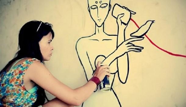 Lys estava realizando trabalho de grafite, devidamente autorizado pela Celpe (Foto: internet)