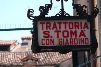 Trattoria sign in Venice (flickr:  Lee Edwin Coursey)