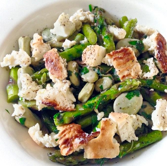 Asperges, tuinbonen en gebakken schapenricotta