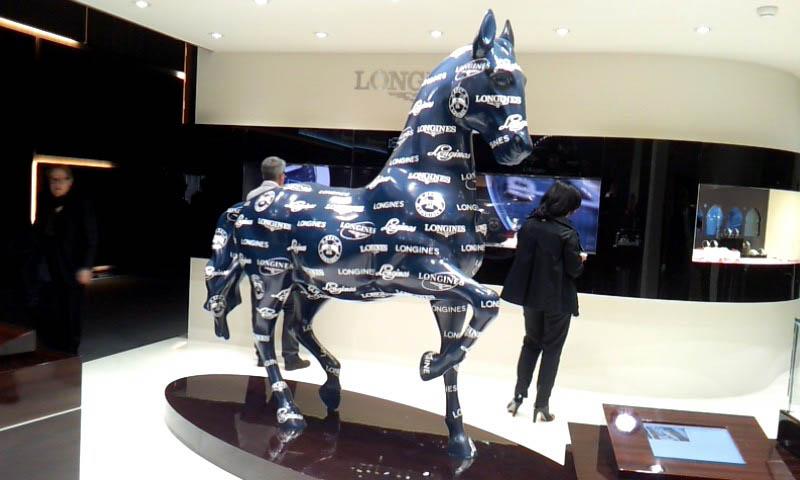 Statue de cheval sur le stand Longines à Baselworld