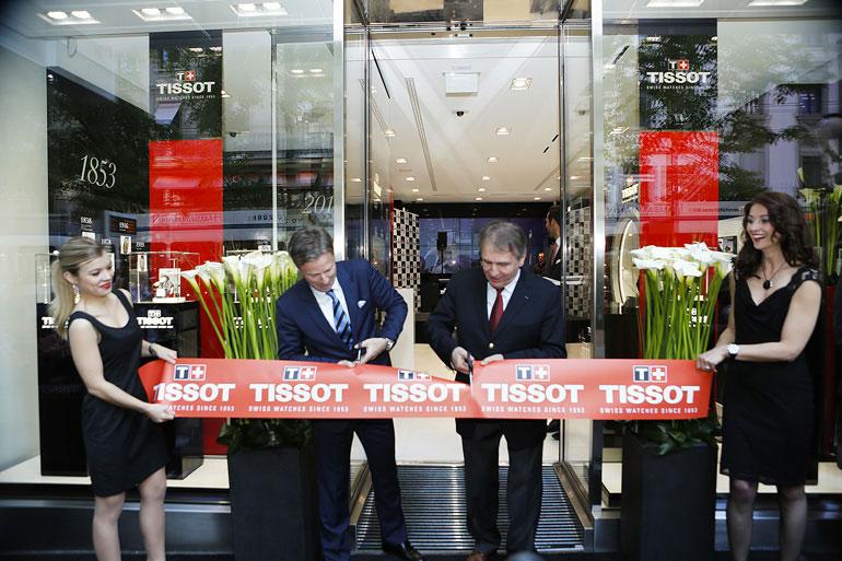 Coupe du ruban devant la nouvelle boutique suisse de Tissot