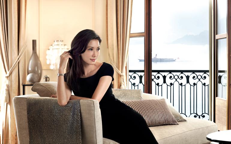 L'ambassadrice Longines Chi-Ling Lin porte un modèle de The Longines Elegant Collection