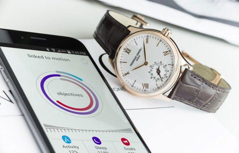 modèle Horological Smartwatch de Frederique Constant accompagné d'un iphone