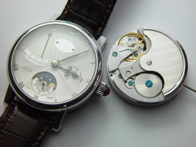 photo en gros plan d'une montre de Berthet, ainsi que son mouvement.