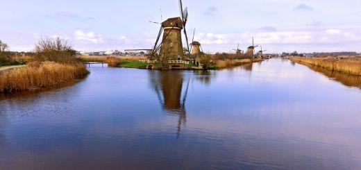rivier met windmolens