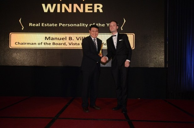 Manny Villar, chairman of Vista Land group, receives the 2016 Real Estate Personality award from Property Report editor-in-chief Liam Aran Barnes.
