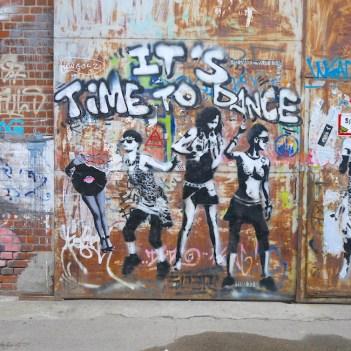 lopen door friedrichshain berlijn it's time to dance
