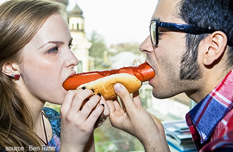 Couple qui mange un hot dog
